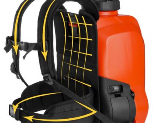 La bomba de mochila eléctrica Ergo es aún más cómoda y eficiente: está equipada con un innovador portador ergonómico, inspirado a las mochilas de senderismo, con correas acolchadas para los hombros y correas ajustables para la máxima estabilidad de la carga en todo tipo de cuerpo y una mejor distribución del peso. La potente batería de litio de 18 Volt, extraíble y insertable en pocos segundos gracias al sistema fast click-in, también permite un alto rendimiento durante el trabajo. La presión es ajustable en dos niveles, 3 o 5 bar, para una mayor flexibilidad. Gracias a las juntas de FPM, esta bomba también es adecuada para el uso de productos agresivos. Con el chorro directo, permite pulverizar hasta 9 metros de distancia. - Batería recargable LI-ION de 18 V - 2,2 Ah - Autonomía: aprox. 3,5 horas - Presión: 3 o 5 bar - Completa con manguera flexible, lanza de aluminio y lanza de fibra de vidrio - Flujo de agua: 1,5 - 2,9 litros por minuto - Peso: 4038 g - Tiempo de recarga de la batería: 2 horas