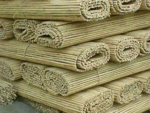 Cañizo de bambú apilado para su venta