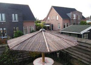 sombrillas hechas con bambú