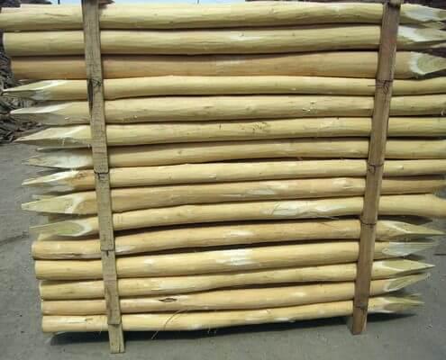 Detalle de los postes de acacia